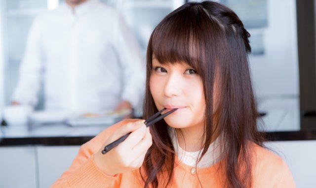 食事中にできる二の腕筋トレ!お箸編
